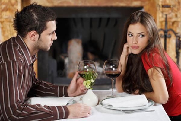 Σημάδια ότι ενδιαφέρεται να βγει ραντεβού μαζί σου.
